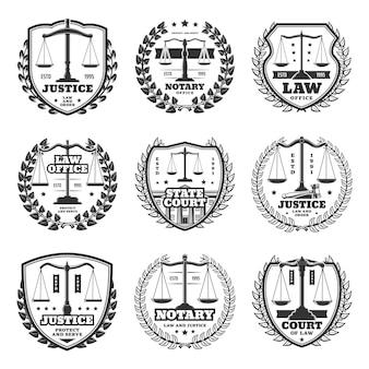 Notariusz i sąd ikony, retro emblematy i etykiety służby sprawiedliwości. wagi monochromatyczne wektor symbol sprawiedliwości, budynek sądu i wieniec laurowy. godło adwokata lub adwokata firmy okrągłej i tarczowej