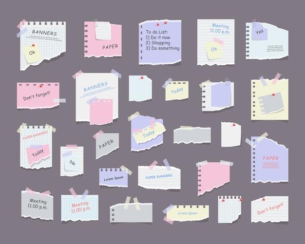 Notatki papierowe na naklejkach, notesach i notatkach podarte arkusze papieru. pusta notatka z przypomnieniem o spotkaniu, listą zadań do wykonania i ogłoszeniem biurowym lub tablicą informacyjną. przypomnienie o informacjach.