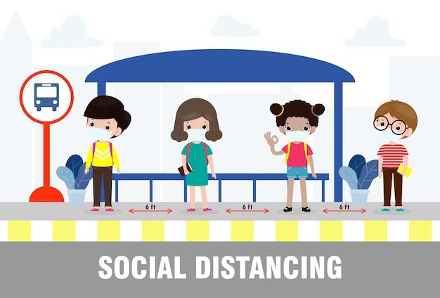 Nowa koncepcja normalnego stylu życia powrót do szkoły, szczęśliwe, urocze, różnorodne dzieci i różne narodowości w maskach medycznych na przystanku autobusowym podczas koronawirusa lub covid-19. dystans społeczny, wybuch
