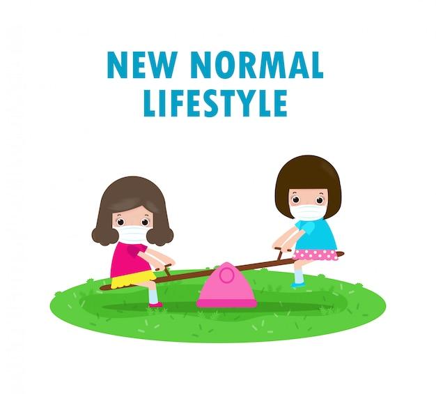 Nowa koncepcja normalnego stylu życia. szczęśliwe dzieci noszących maskę, zabawy na huśtawce na placu zabaw chronić koronawirusa covid-19, dzieci i przyjaciele z powrotem do szkoły na białym tle na białe tło wektor