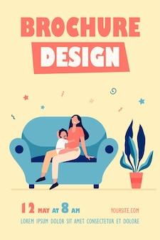 Nowa mama trzyma dziecko na szablonie ulotki na kolanach