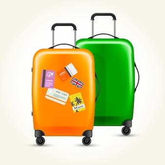Nowoczesne plastikowe walizki na kółkach z metkami podróżnymi
