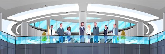 Nowoczesne wnętrza biurowe z grupą ludzi biznesu, profesjonalistów biznesmenów i przedsiębiorców wo