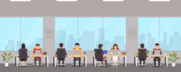 Nowoczesne wnętrza biurowe z pracownikami.