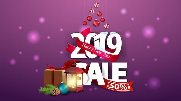 Nowy rok purpurowy rabatowy sztandar z dużymi liczbami 2019, prezentami i antykwarską lampą