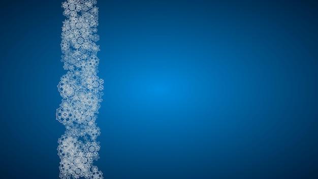 Nowy rok tło ze srebrnymi mroźnymi płatkami śniegu. tło poziome. stylowe tło nowy rok na wakacje transparent, karty. padający śnieg z iskierkami i płatkami na sezonowe promocje i wyprzedaże.