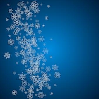 Nowy rok tło ze srebrnymi mroźnymi płatkami śniegu. tło śniegu. stylowe tło nowego roku na wakacje banery, karty. padający śnieg z iskierkami i płatkami na sezonowe promocje i wyprzedaże.