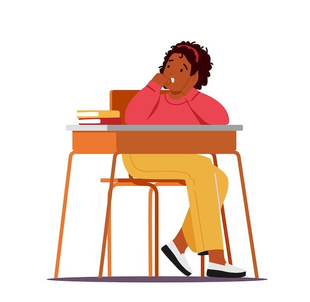 Nudne dziecko siedzi przy biurku i ziewa słuchając wykład na lekcji w szkole, mały afrykański uczeń znudzony