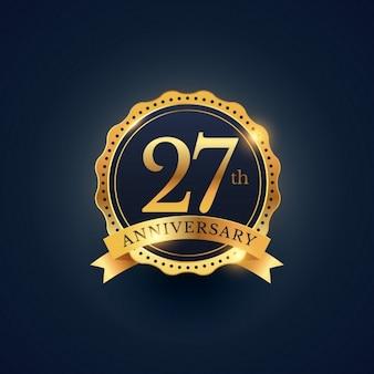 Obchody 27 rocznicy etykieta odznaka w złotym kolorze