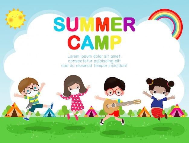 Obóz letni dla dzieci z nową koncepcją normalnego stylu życia, dzieci noszące chirurgiczną ochronną maskę medyczną zapobiegającą koronawirusowi lub ulotce plakatowej covid-19