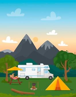 Obóz letni przy ognisku przyczepa kempingowa z namiotem polana czajnik i stołowy krajobraz z górami