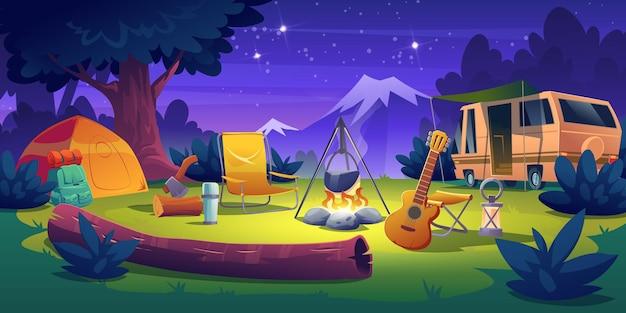 Obóz letni w porze nocnej. stojak na samochód kempingowy do przyczepy kempingowej przy ognisku z namiotem, kłodą, kotłem i gitarą