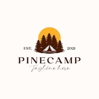 Obóz Z Szablonem Logo Sosny Zachód Słońca Na Białym Tle Premium Wektorów