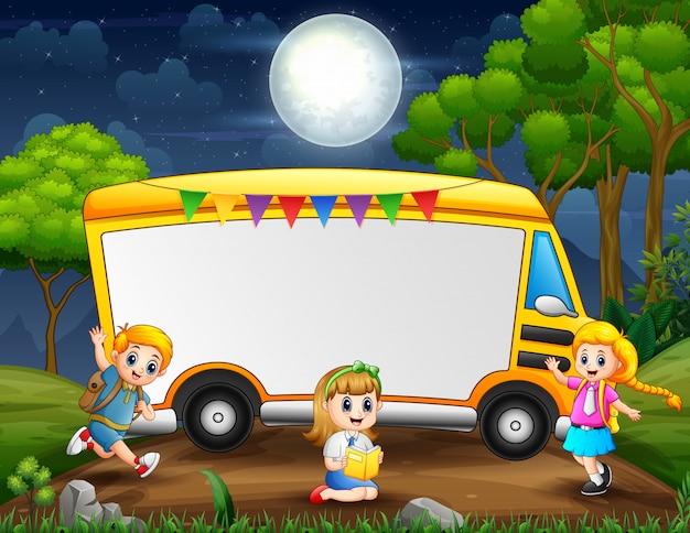 Obramowanie szablonu z szczęśliwych dzieci w wieku szkolnym w nocy