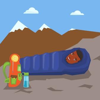 Obsługuje odpoczywać w śpiwór w górach.