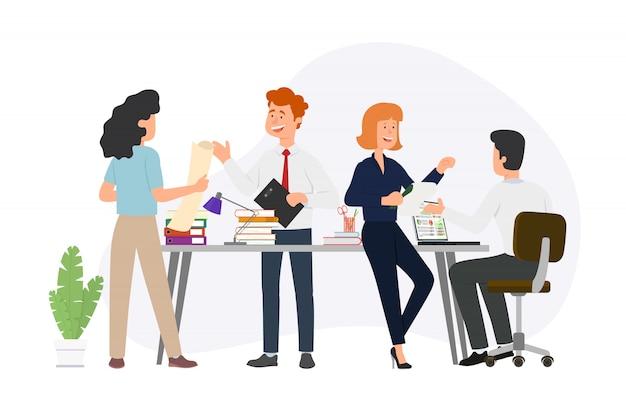 Obszar roboczy z kreatywnymi ludźmi siedzącymi przy stole i pracującymi razem.