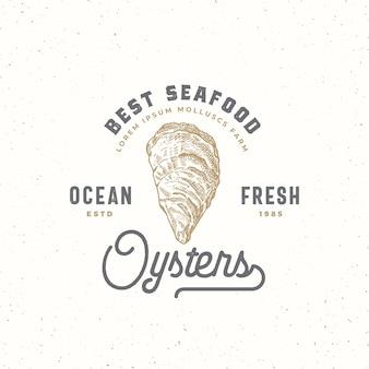 Ocean świeże ostrygi streszczenie znak, symbol lub szablon logo. ręcznie rysowane mięczaki skorupiaków z typografią retro premium. koncepcja vintage godło. odosobniony.