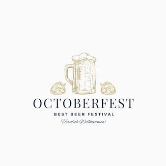 Octoberfest best beer festival streszczenie znak, symbol lub szablon logo. ręcznie rysowane szkic kufel piwa z chmielem i klasyczną typografią. godło rocznika piwa lub etykiety.