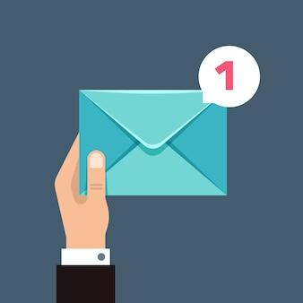 Odbieranie wiadomości koncepcja z kopertą w ręce użytkownika