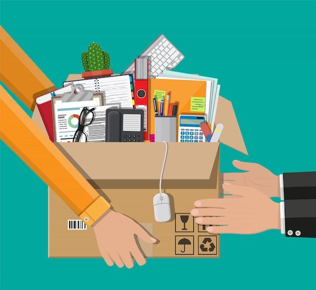 Odbiór paczki od kuriera do klienta.