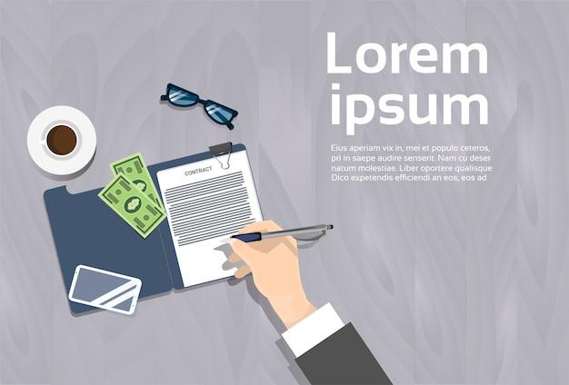 Odgórny kąt widok biznesowego mężczyzna podpisywania kontrakta dokumentu miejsca pracy sztandar z kopii przestrzenią