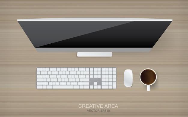 Odgórny widok komputer na drewnianym tle.