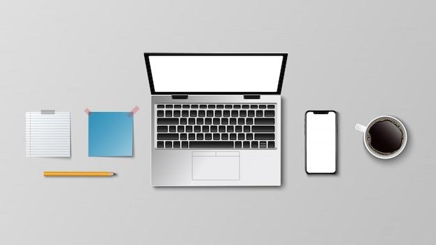 Odgórny widok nowożytny miejsce pracy, laptop kawy kawy papieru notatki ołówek na bielu