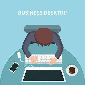 Odgórny widok osoba biznesu biurko z jego komputerem