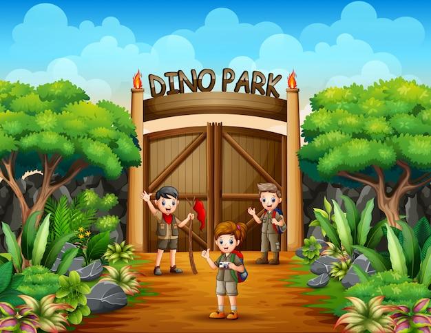 Odkrywca chłopiec i dziewczynka w parku dino