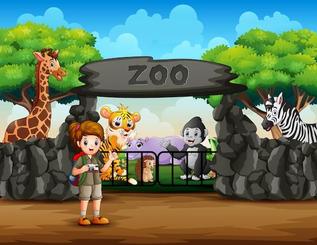 Odkrywca widzi zwierzęta spoza wejścia do zoo