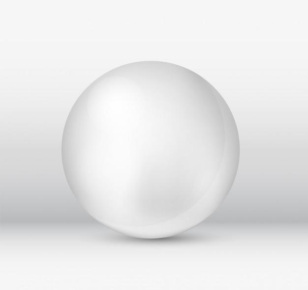 Odosobniona piłka na białym tle.