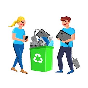 Odpady elektroniczne ludzie wyrzucać w koszyku wektor. mężczyzna trzyma uszkodzony ekran komputera i klawiaturę, kobieta trzyma zepsuty smartfon, recykling odpadów technologicznych. charakter ilustracja kreskówka płaskie