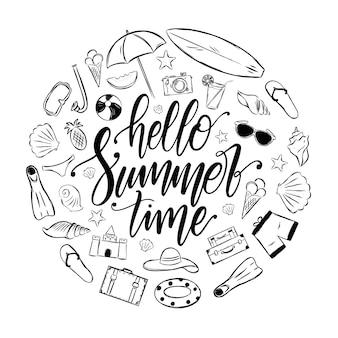 Odręczny napis elegancki pędzel hello summer time z zestawem elementów wakacyjnych. dekoracja tropical journey.