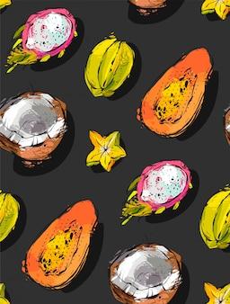 Odręczny teksturowany niezwykły bezszwowy wzór z egzotycznymi owocami tropikalnymi papaja, owocem smoka, kokosem i karambolą na białym tle na czarnym tle,