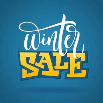 Odręczny zimowy zwrot - wyprzedaż zimowa. plakat typografia na niebieskim tle. ilustracja do banerów, ulotek, broszur, reklam.