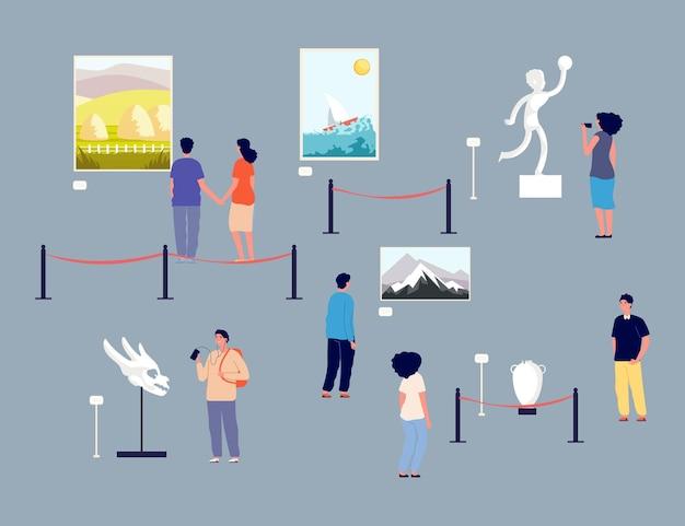 Odwiedzający galerię sztuki. ludzie w muzeum, wystawa obrazów i eksponatów antycznych