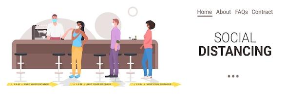 Odwiedzający kawiarnię zachowują odległość, aby zapobiec pandemii koronawirusa wnętrze restauracji w poziomie