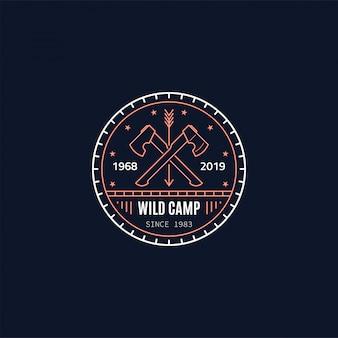 Odznaka dzikiego obozu. dwie skrzyżowane topory. przetrwanie dzikiego lasu. ilustracja stylu linii.