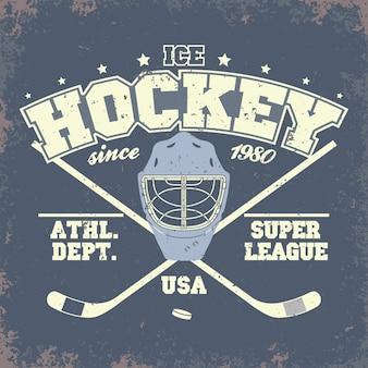 Odznaka klubu hokejowego, szablon typografii, grafika t-shirt sportowy. dwa skrzyżowane kije hokejowe i krążek