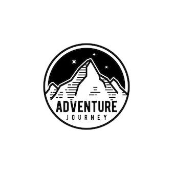 Odznaka koncepcja projektowania logo przygody górskiej podróży