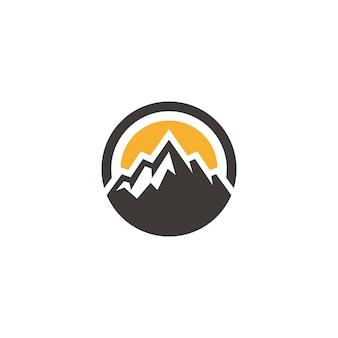 Odznaka mountain hill peak do projektowania logo przygody na świeżym powietrzu