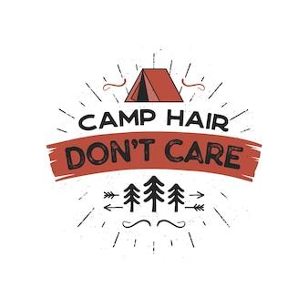 Odznaka przygody na świeżym powietrzu - camp hair don t care t-shirt design z symbolami namiotu, drzew, promieni słonecznych. miły dla entuzjastów biwakowania, na koszulkę, prezent na kubek inne nadruki. wektor zapas na białym tle.