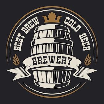 Odznaka z beczką piwa na ciemnym tle.