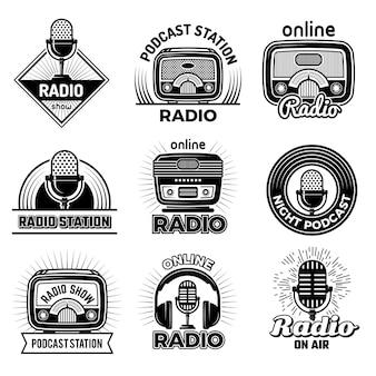 Odznaki radiowe. muzyka mówiąca podcast strumieniowa transmisja powietrza pokazuje emblemat z logo radia z zestawem słuchawkowym i mikrofonami