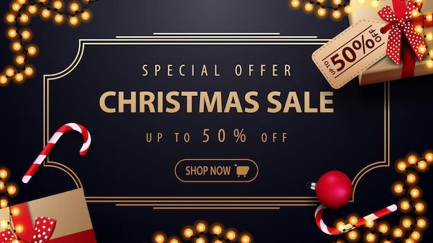 Oferta specjalna świąteczna wyprzedaż do 50% zniżki na ciemnoniebieski baner rabatowy z girlandą