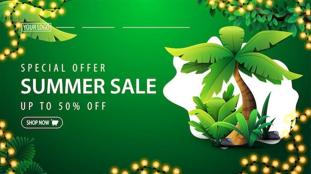 Oferta specjalna, wyprzedaż letnia, zielony baner z rabatem z przyciskiem, elementy tropikalnej dżungli, palma i rama jasnej girlandy