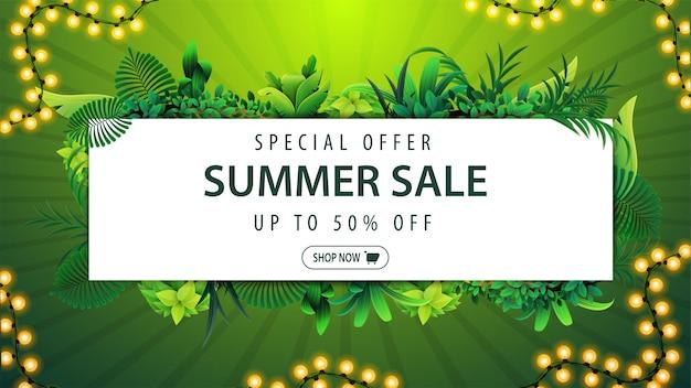 Oferta specjalna, wyprzedaż letnia, zielony sztandar rabatowy z ramką z tropikalnych liści wokół białego prostokąta, guzika i ramki wianek