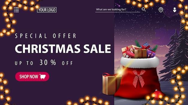 Oferta specjalna, wyprzedaż świąteczna, do 30 rabatów, fioletowy baner rabatowy na stronę internetową z zimowym krajobrazem, girlandą i torbą świętego mikołaja z prezentami