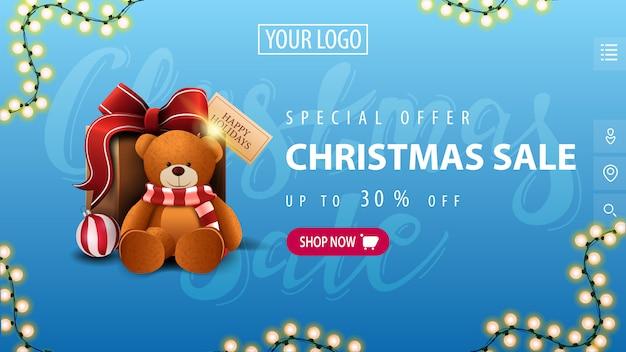 Oferta specjalna, wyprzedaż świąteczna, do 30% zniżki, niebieski transparent w minimalistycznym stylu z różowym guzikiem, girlandą i prezentem z misiem