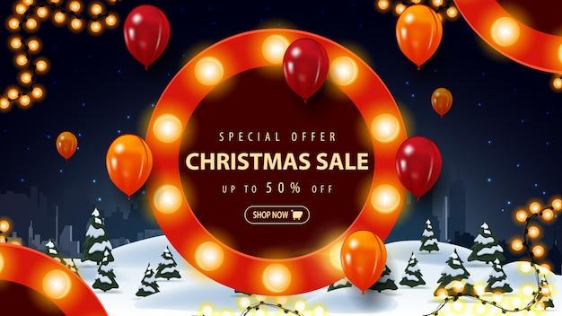 Oferta specjalna, wyprzedaż świąteczna, do 50% zniżki, banner rabatowy z nocnym krajobrazem z kreskówki zimą i okrągły znak z żarówkami i balonami